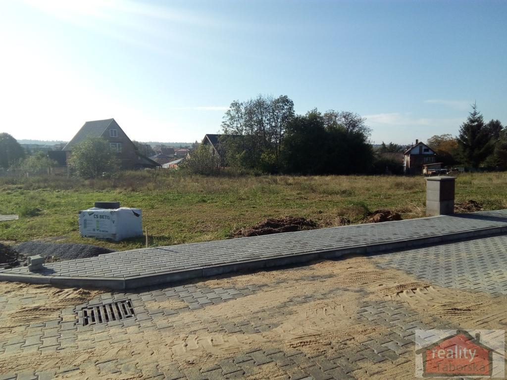 Dva stavební, zasíťované pozemky včetně komunikace, Babice, Praha východ