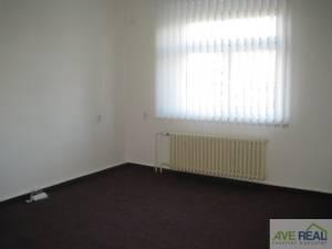 Pronájem kanceláře (19m2) + spol. místnost (12m2) + kuchyňka + soc. zař., Praha 10 (Hostivař)